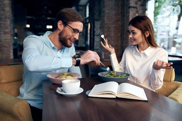 Веселая молодая пара в кафе завтрак работа коллег образ жизни