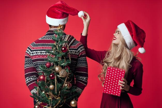 산타 모자에 쾌활 한 젊은 부부 크리스마스 트리 장난감 장식입니다. 고품질 사진