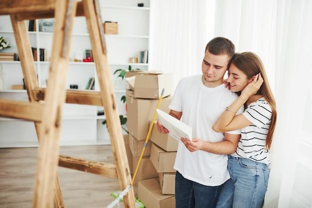 Веселая молодая пара в своей новой квартире. концепция переезда.