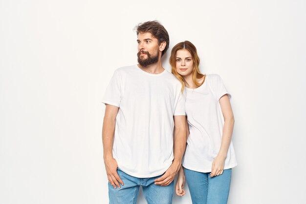 흰색 티셔츠 우정 라이프 스타일 밝은 배경에 쾌활 한 젊은 부부. 고품질 사진