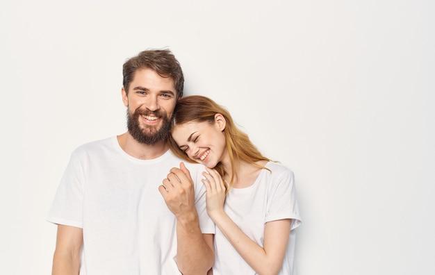 흰색 티셔츠 캐주얼 옷 패션 커뮤니케이션에 쾌활 한 젊은 부부