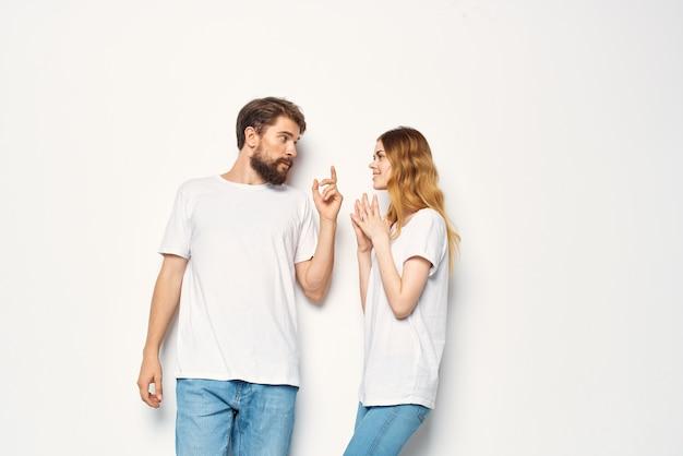 白いtシャツカジュアルな服のファッションコミュニケーションで陽気な若いカップル