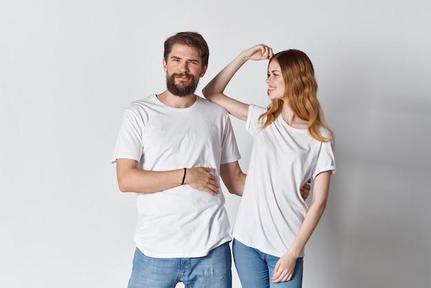 白いtシャツの感情スタジオ広告デザインの陽気な若いカップル