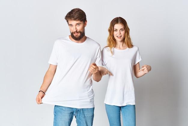 白いtシャツのファッション広告デザインの陽気な若いカップル