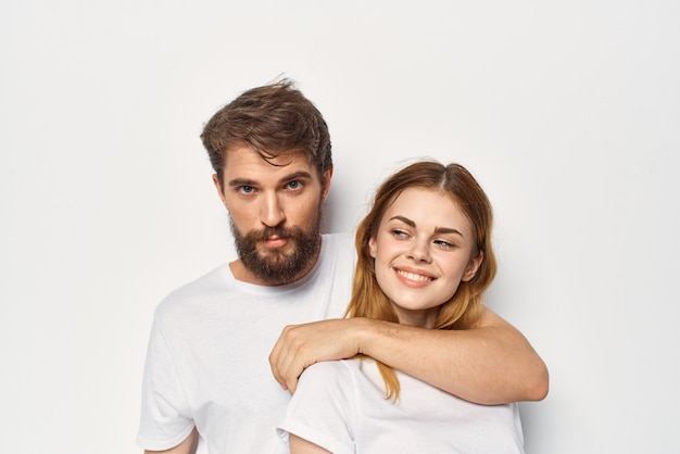 白いtシャツ友情ライフスタイル明るい背景の陽気な若いカップル