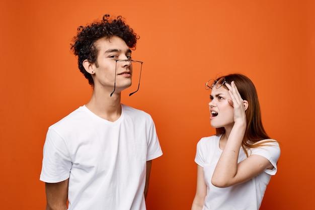 Веселая молодая пара в белых футболках в очках эмоции