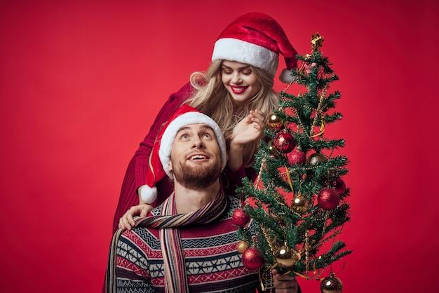クリスマス休暇の場所で元気な若いカップルの新年