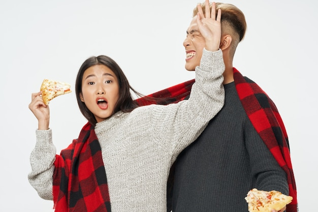 アジアの外観の陽気な若いカップル格子縞格子縞ピザ
