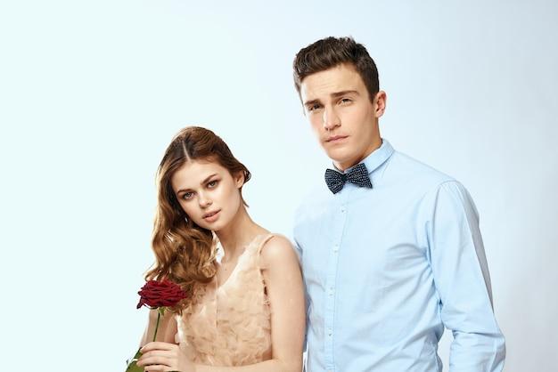 Веселая молодая пара романтика объятия отношения красная роза образ жизни свет.