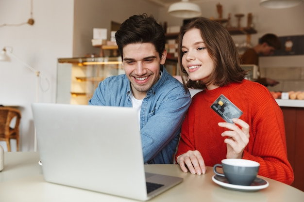陽気な若いカップル表示クレジットカード