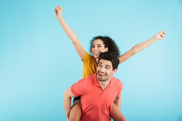 Веселая молодая пара стоя изолированно, контрейлерная поездка
