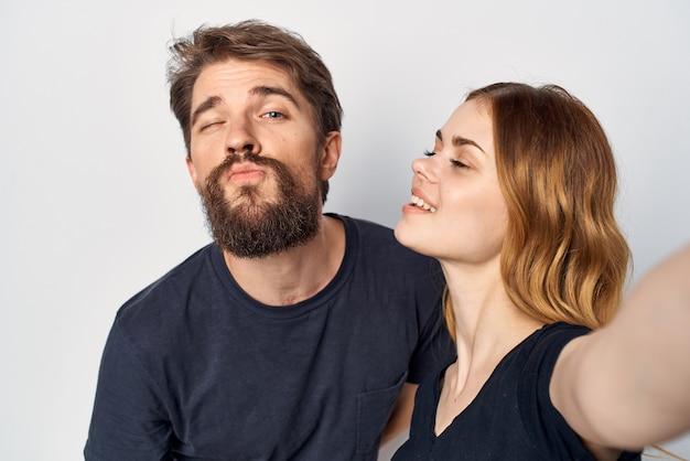 陽気な若いカップル一緒に自分撮りコミュニケーション感情明るい背景