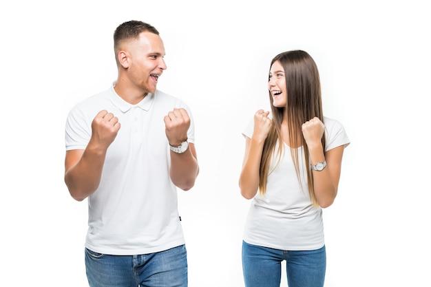 Allegro giovane coppia vittoria concetto di successo isolato su bianco