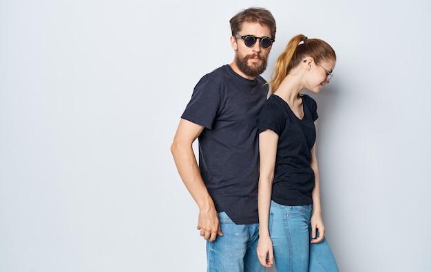 선글라스 캐주얼 착용 스튜디오 통신 고립 된 배경을 입고 쾌활 한 젊은 부부