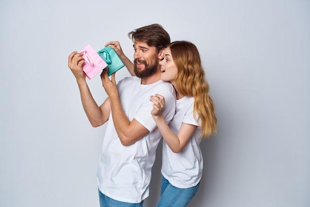 ギフトホリデーエンターテインメントライフスタイルショッピングと陽気な若いカップル