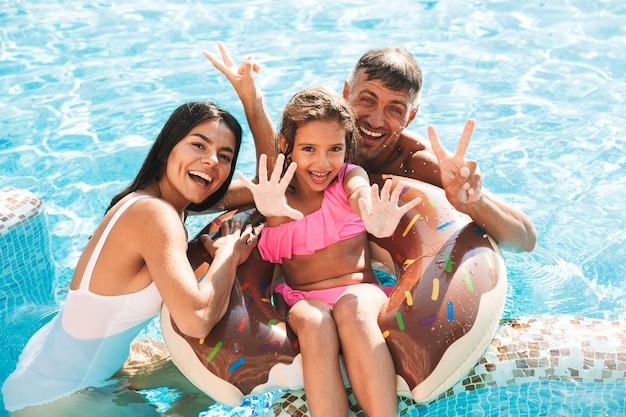 一緒に楽しんでいる陽気な若い家族