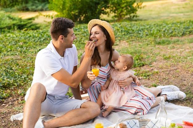 어린 소녀와 쾌활한 젊은 가족