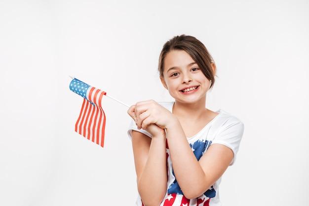 Веселая молодая девушка держит флаг сша