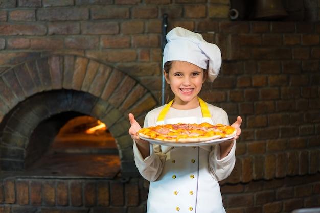 피자와 함께 쾌활 한 어린 소녀