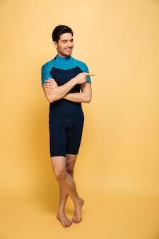 쾌활 한 젊은 남자가 수영복을 입고.