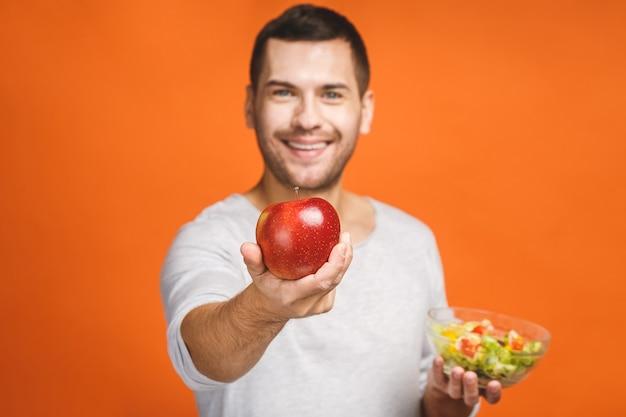 ヘルシーなサラダや果物を食べて元気な若い男