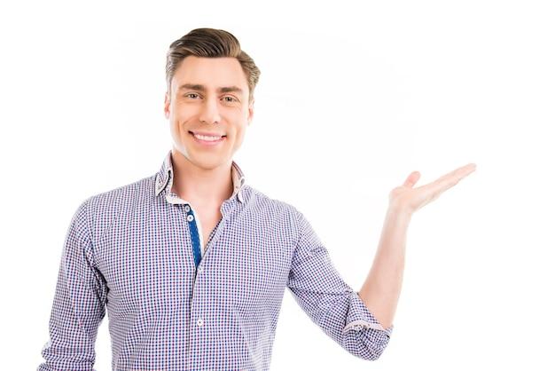 手で身振りで示すと製品を示す陽気な青年