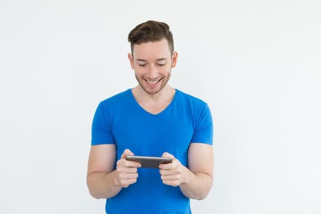 쾌활 한 젊은이 태블릿에 비디오 게임