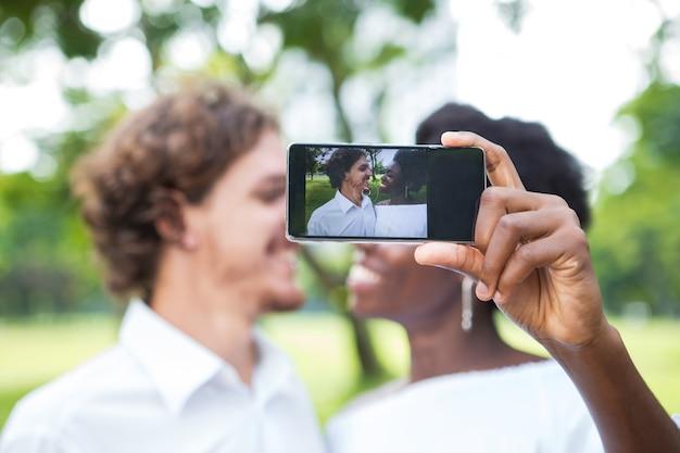 쾌활 한 젊은 혼합 인종 부부 복용 selfie