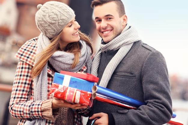 クリスマスの買い物をしている陽気な若者
