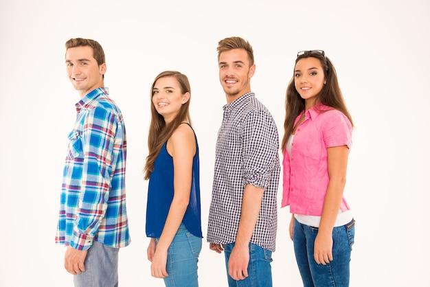Веселые молодые люди, стоящие в очереди