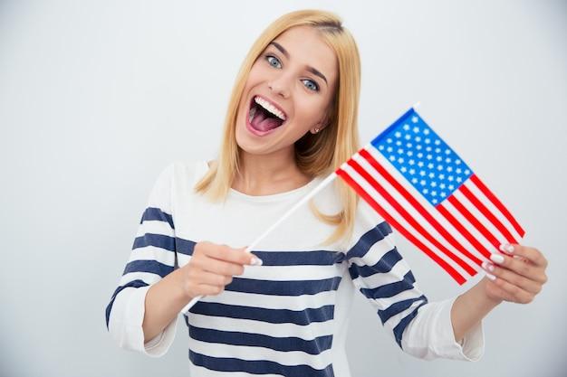 미국 국기를 들고 쾌활 한 젊은 여자