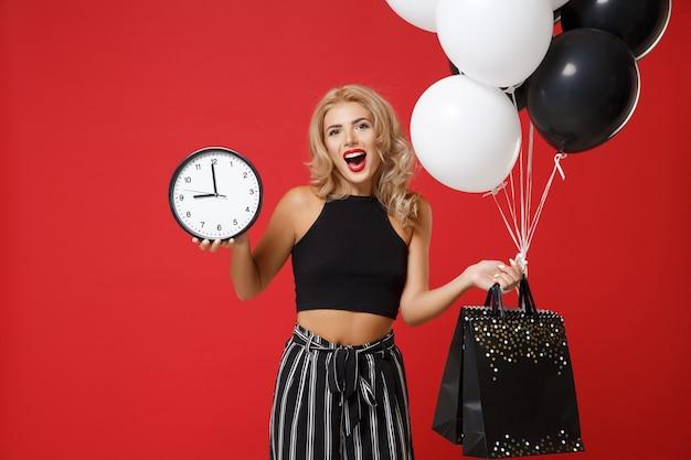 Веселая молодая женщина в черной одежде позирует