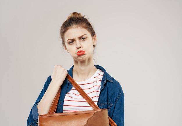10代の若者を教えるファッション服バックパック学生の陽気な若い女性