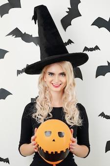 Веселая молодая женщина в костюме хэллоуина