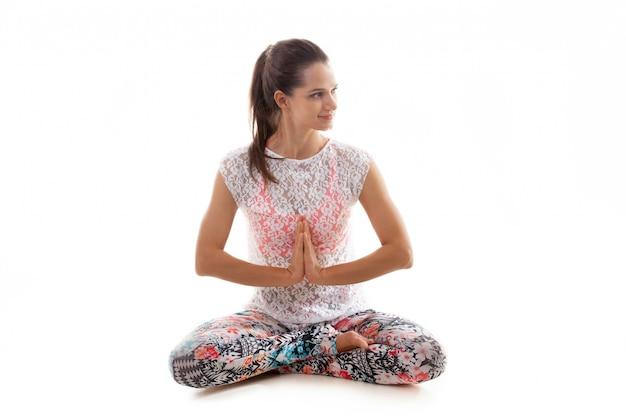 Веселая молодая женщина медитации