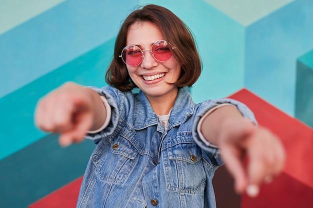 カメラを指して陽気な若い女性