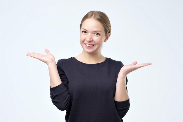 開いて手でカメラに笑顔陽気な若い女性