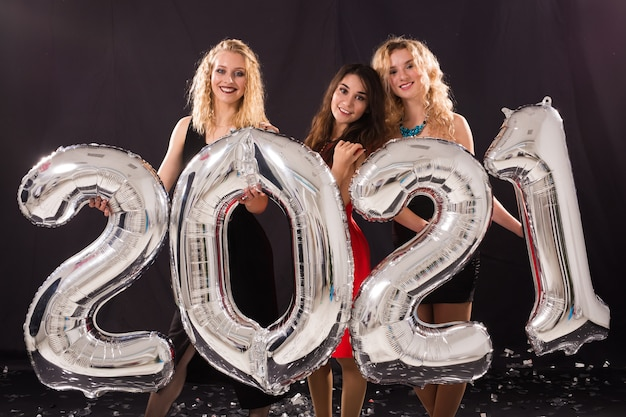 新年を祝う陽気な若い女性