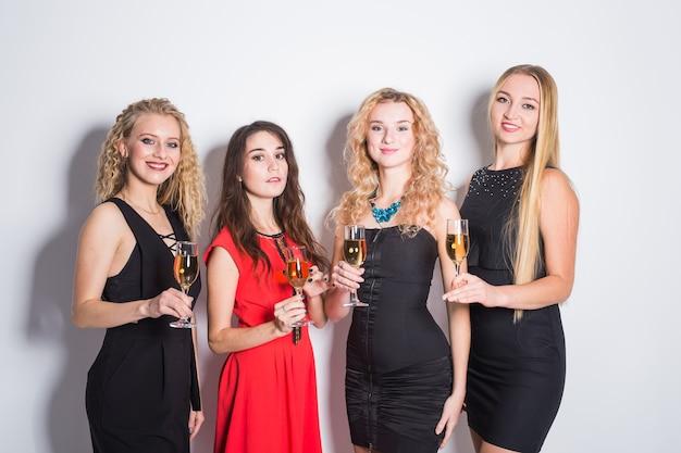 파티에서 샴페인 잔과 쾌활 한 젊은 여성