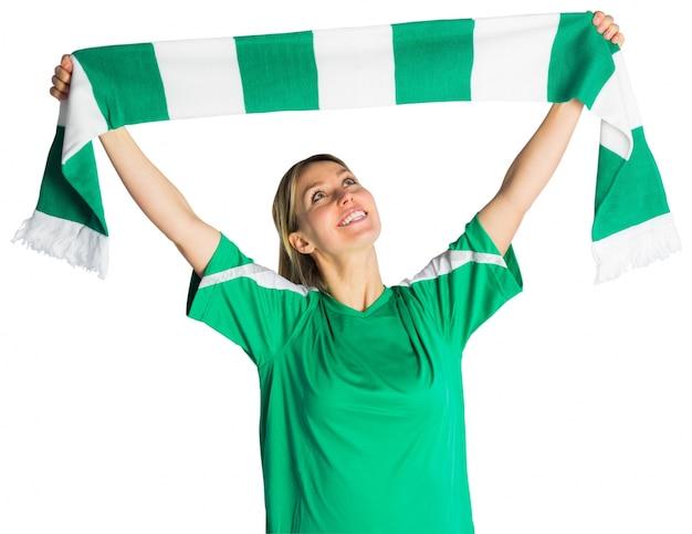 Приветствуя футбольный болельщик размахивая шарфом
