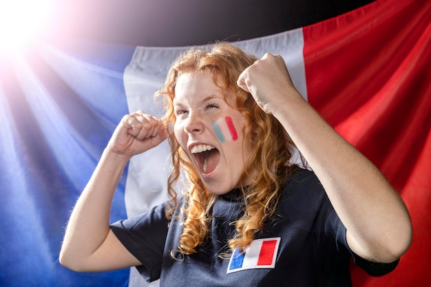 Аплодисменты женщина с французским флагом