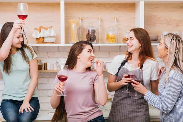 乾杯。お祝いとおめでとうございます。赤ワイングラスを持った興奮した若い女性が、喜びを願って乾杯します。