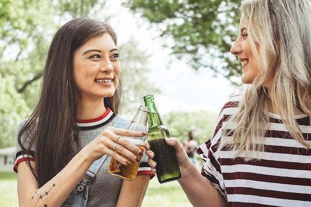 공원의 여름 파티에서 맥주와 함께 건배