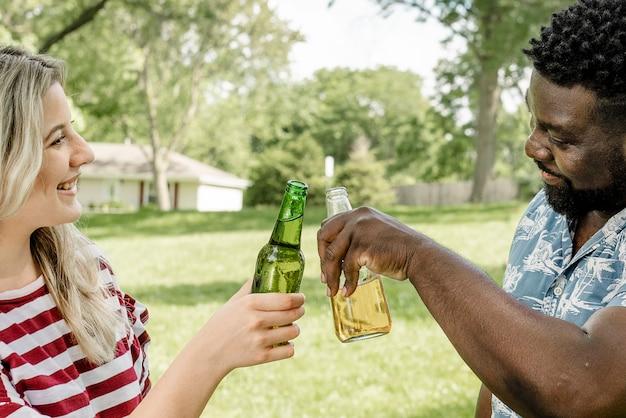 Evviva con la birra a una festa estiva nel parco