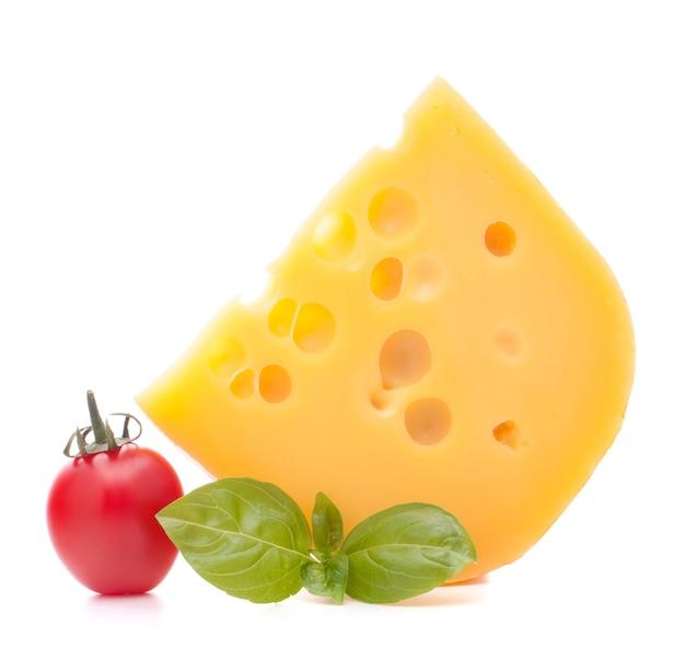 치즈와 바질 잎에 고립 된 흰색 배경 컷 아웃