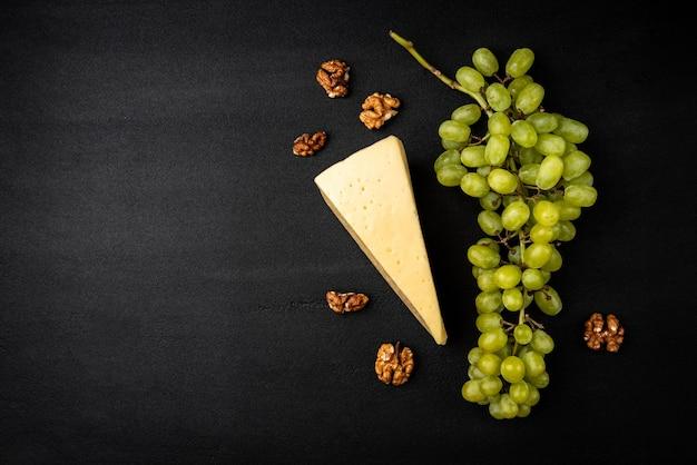 チーズと緑のブドウ