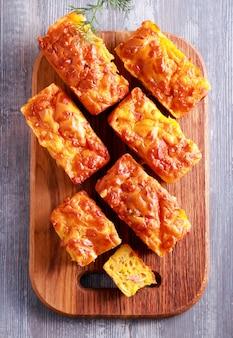 Мини-буханки с сыром и ветчиной, вид сверху