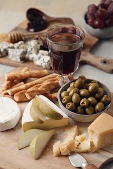 Сыр и оливки