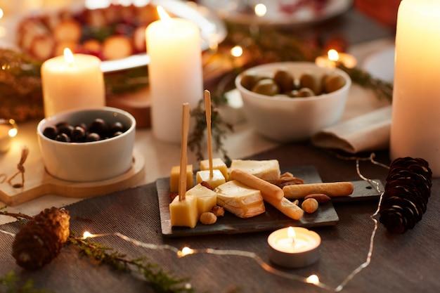 テーブルの上のチーズの前菜