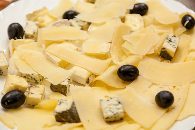さまざまなイベントに対応する、パーティー用のさまざまな種類のチーズ前菜とオリーブ
